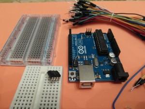 Placa Arduino UNO y algunos componentes. Imagen: qmbecanada.com